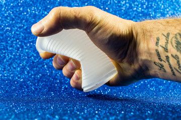 Apretando un vaso de plastico