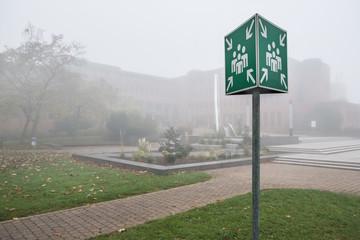 Schild Sammelstelle außerhalb im Nebel