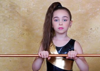 портрет гимнастки, спорт, девочка с лентой, тренировка