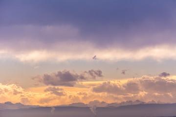 Idyllischer Himmel mit berge und wolken