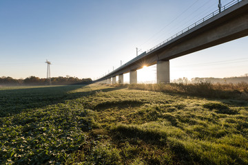 neue Bahnbrücke über Felder am Morgen