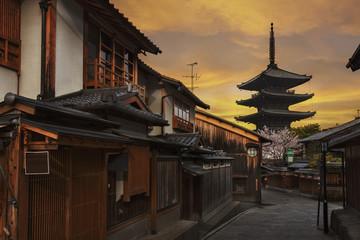 Fototapete - Old historical street under sunset in Kyoto, Japan