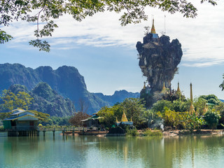 Beautiful Buddhist Kyauk Kalap Pagoda in Hpa-An, Myanmar. 壁紙(ウォールミューラル)