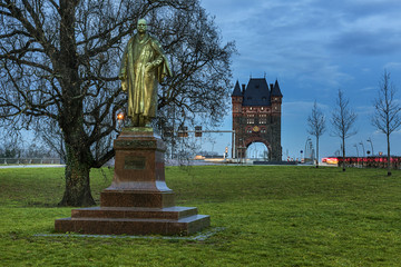 Küchler Denkmal vor den Nibelungenturm der Nibelungenbrücke Rheinbrücke Worms