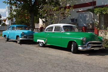 Fotobehang Cubaanse oldtimers Old cars in Cienfuegos in Cuba