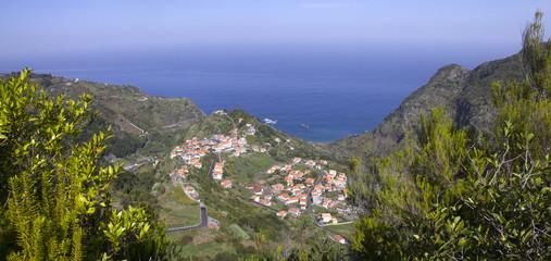 Aldeia rural num vale da Ilha da Madeira