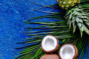 Pojęcie lato tropikalne owoc. Ananas, cocount i palma b