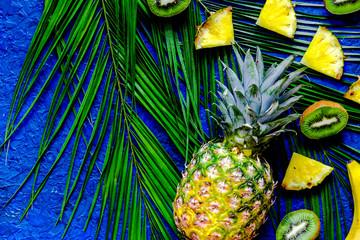 Pojęcie lato tropikalne owoc. Otręby z kiwi, ananasa i palmy