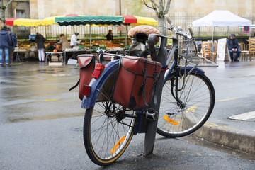 vélo devant un marché