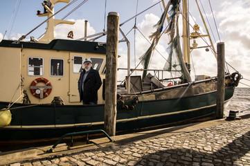 Krabbenkutter mit Kapitän im Hafen von Schlüttsiel