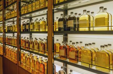 棚に並んだウイスキーの原酒