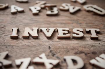 concept mot en lettre de bois - Invest