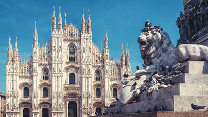 Fototapete - Lion and Milan Cathedral in Milan, Italy