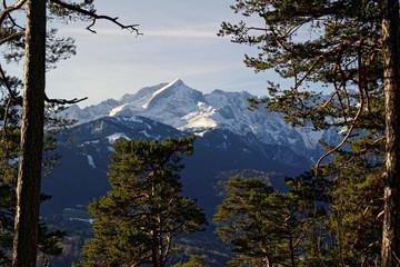 Blick auf den verschneiten Gipfel der Alpspitze im Wetterstein nahe Garmisch-Partenkirchen, Bayerische Alpen, Bayern, Deutschland