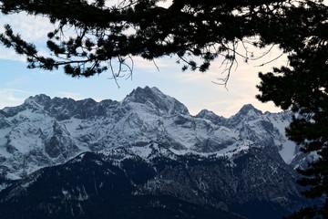 Blick auf die verschneiten Gipfel des Wettersteins bei Garmisch-Partenkirchen, Bayerische Alpen, Bayern, Deutschland