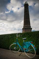 Fahrrad vor Leuchtturm an der Nordsee