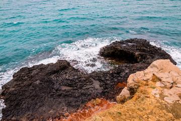Les rochers noirs de la pointe du Cap Nègre à Six-Four-les-Plages