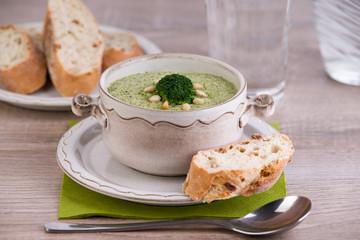 Brokkolisuppe mit Baguette