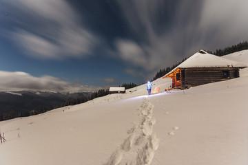 Piękna śnieżna zima w górach