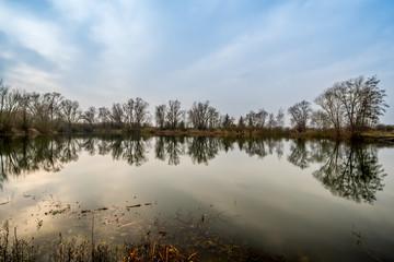 Bagger See Teich mit Spiegel von Himmel und Baum