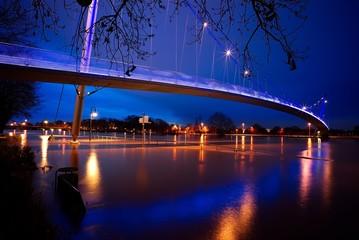 Nachtaufnahme der Glacisbrücke Minden bei Hochwasser