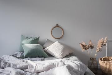 Morgenlicht im Schlafzimmer, das im skandinavischen Design eingerichtet ist