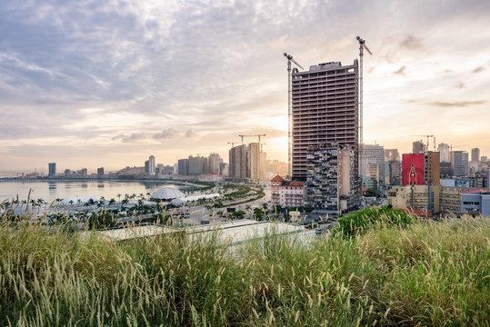 A parte baixa da cidade de Luanda de madrugada, ao nascer do sol e em destaque o largo do Baleizão, a Marginal. Angola