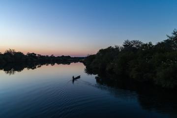 Pescador em canoa (mocoro) no rio Cubango em Angola