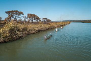 Expedição com canoas (mocoro) ao longo do rio Cubango em Angola