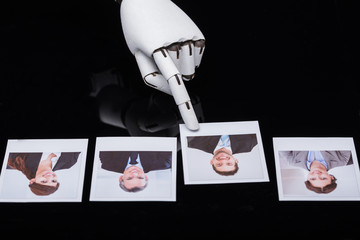 Robot Selecting Candidate Photograph