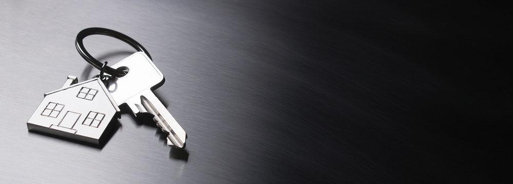 Hausschlüssel auf Stahloberfläche