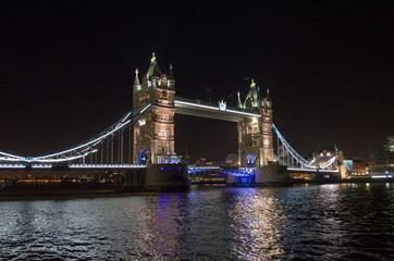 Nocny strzał oświetlonego Tower Bridge i Thames River. Londyn.