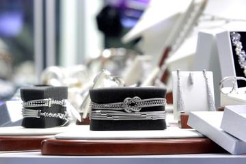 Fototapeta Srebrny naszyjnik, branzoletka na czarnym tle w sklepie jubilerskim. obraz