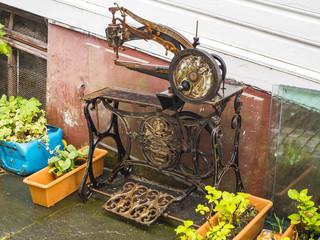 Maquina de coser antigua en las calles de Bergen, Noruega, verano de 2017