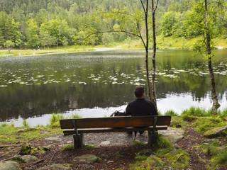 Esperando en un banco en el Lago Lundarvatnet, en Vosenvangen. Noruega, verano de 2017