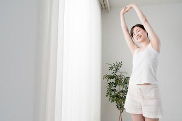 ストレッチをする女性、腕、肩