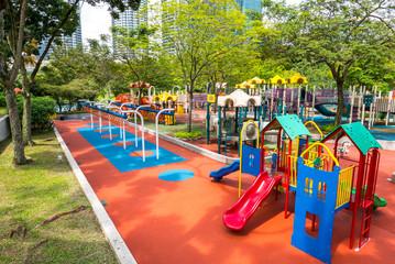 Spielplatz mit Bäumen in der Stadt