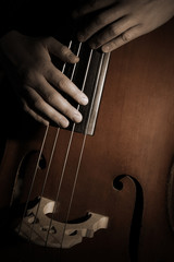 Photo sur Aluminium Musique Double bass player Hands playing contrabass strings