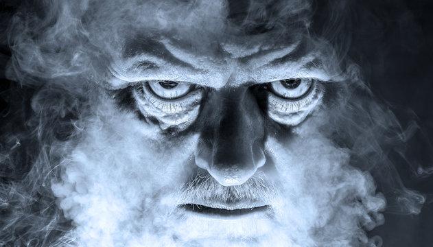 das Porträt eines dämonisch aussehenden Mannes, umgeben von Nebel