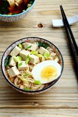 zuppa asiatica con tofu uovo e spaghetti sfondo tavolo di cucina