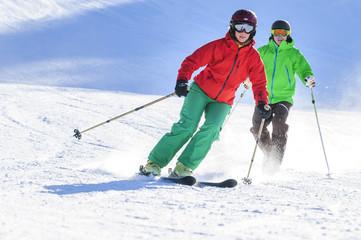 alpiner Skisport an einem sonnigen Tag