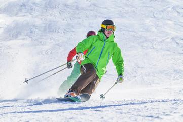 dynamisch Skifahren und Telemarken auf der Piste