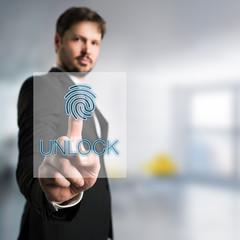 Geschäftsmann nutzt Fingerabdruck als Authentifizierungsmethode