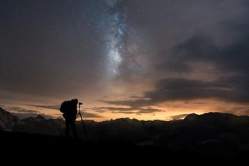 Mann fotografiert Nachthimmel