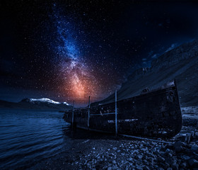 Poster Naufrage Old ship wreck at night with stars, Iceland