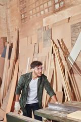 Handwerker bei der Holzverarbeitung