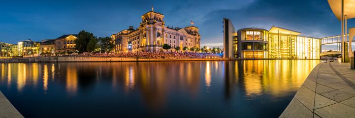 Foto op Canvas Berlijn Regierungsviertel Panorama mit Reichstag und Paul Löbe Haus in Berlin am Abend
