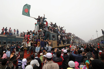 """An overcrowded train leaves Tongi rail station after the final prayer of """"Bishwa Ijtema"""", the world congregation of Muslims, on the banks of the Turag river in Tongi near Dhaka"""