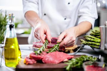 Chef Koch in der Küche,Steak Fleisch Zubereitung