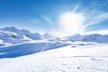 Junge sportliche Frau fährt Ski, macht Winter Sport in einem Winter Paradis. Schnee bedeckte...